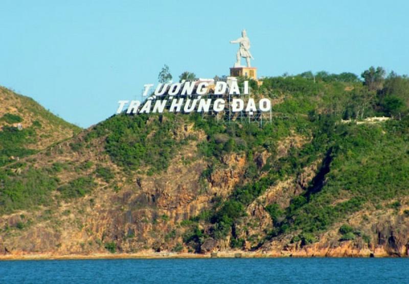 Tượng đài Trần Hưng Đạo - người anh hùng dân tộc