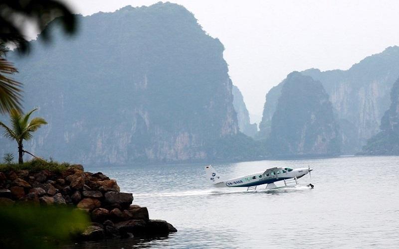 Hình ảnh chiếc thủy phi cơ trênvịnh Hạ Long