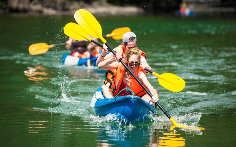Du khách vô cùng hào hứng với trải nghiệm chèo thuyền Kayak