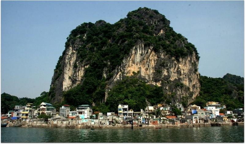 Di tích núi Bài Thơ mang vẻ đẹp kỳ vĩ