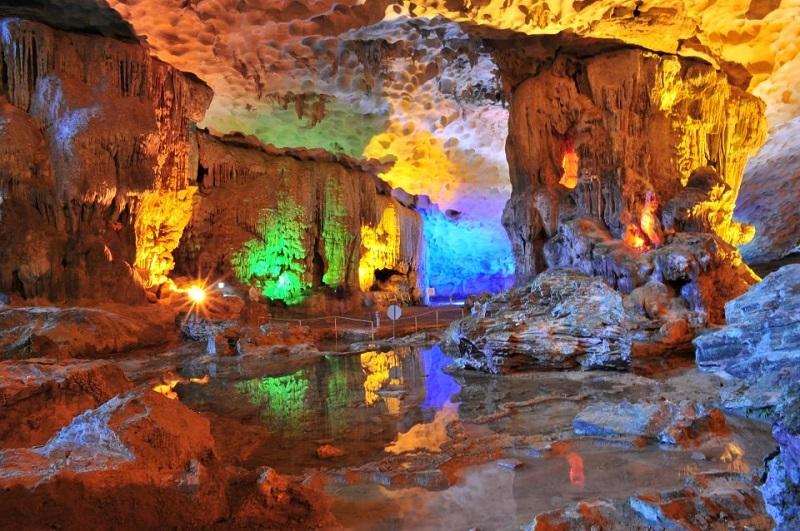 Lớp nhũ đá tuyệt đẹp trong hang Sửng Sốt
