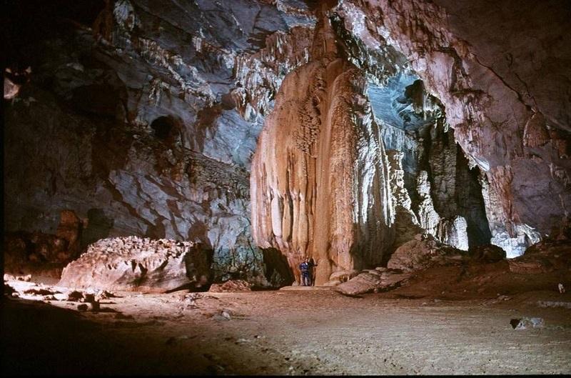 Tảng đá sừng sững cao gần chục mét trong hang Đầu Gỗ, Hạ Long
