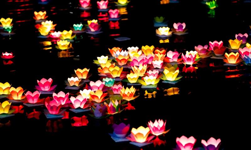 Thả đèn hoa đăng trên sông Hương