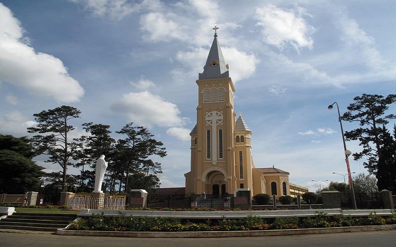 Nhà thờ Con Gà với những đường nét phác họa kiểu châu Âu