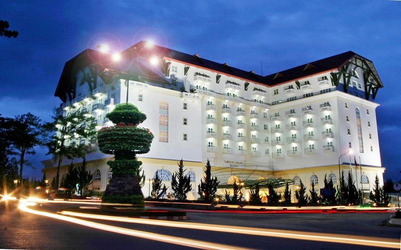 Khách sạn Sài Gòn Đà Lạt với màu trắng đóng vai trò chủ đạo