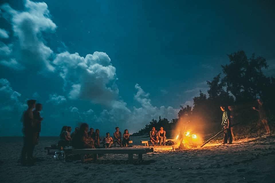 Buổi tối trên bãi biển ngay cạnh Under the coconut tree Hoi An homestay