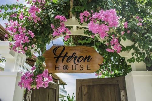 Cổng đầy hoa giấy của Heron House
